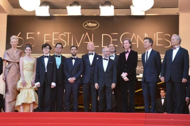 Wes Anderson et l'équipe de Moonrise Kingdom, en haut des marches de Cannes