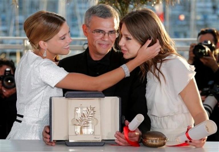 Le réalisateur Abdellatif Kechiche, entouré de ses deux comédiennes, recevant la palme d'or pour LA VIE D'ADÈLE