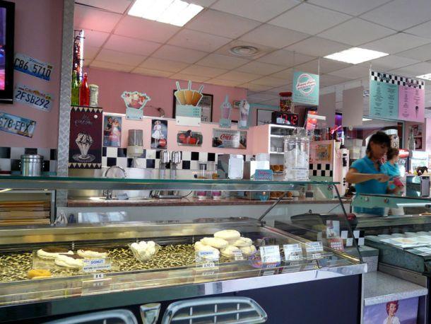 Des glaces,des hot-dogs, des bagels et des cup-cakes dans une ambiance très rétro, un peu kitsch même.