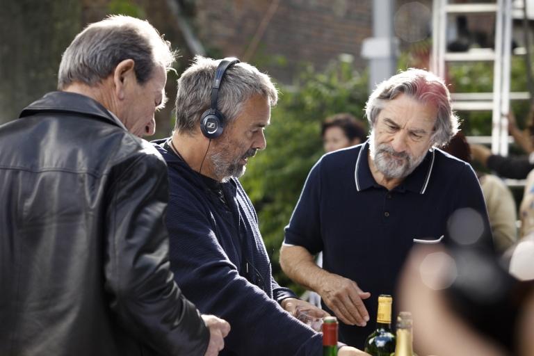 Luc Besson sur le tournage de MALAVITA, aux côtés de Bob (De Niro).