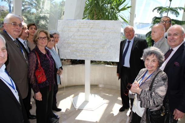 La plaque commémorative en l'honneur de Jean Zay, découverte par ses filles, Hélène et Catherine.