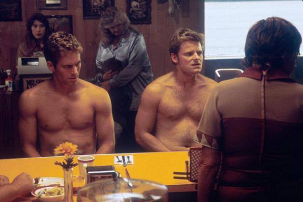 Paul Walker (à gauche) dans une des nombreuses séries Z qu'il a tourné, Une Virée en Enfer.