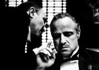 Marlon Brando dans le rôle du chef d'une grande famille italienne, dans le film de F.F. Coppola, Le Parrain