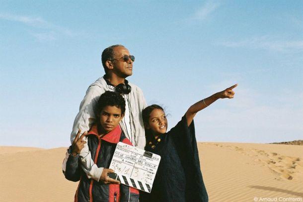 Abderrahmane Sissako sur le tournage de Timbuktu, avec deux jeunes comédiens