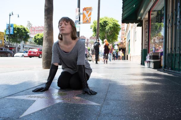 Mia Wasikowska sur la célèbre avenue Walk of Fame, devenue un symbole typiquement hollywoodien