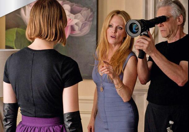 de gauche à droite : Mia Wasikowska, Julianne Moore, et le réalisateur David Cronenberg